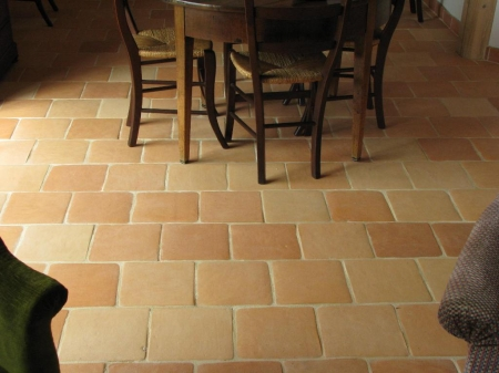 Carreaux 25x25, finition Retravaillé Main, bords adoucis, tons rosés beiges